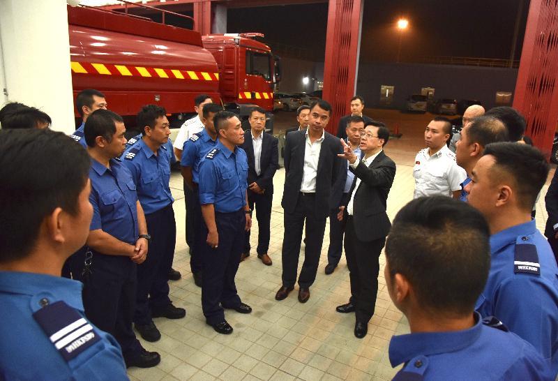 保安局局長李家超(右四)今日(十月二十四日)視察港珠澳大橋香港口岸的消防局暨救護站,了解有關的緊急救援工作。