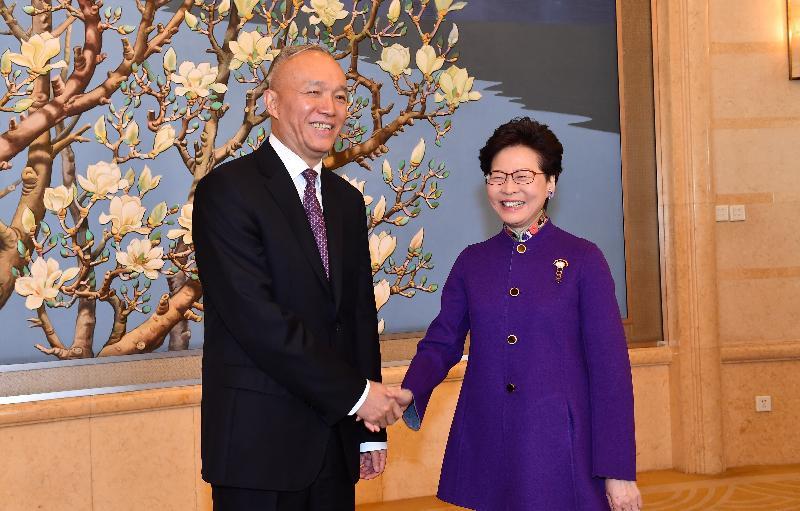 行政長官林鄭月娥(右)今日(十月二十四日)在北京與北京市委書記蔡奇(左)會面。圖示二人會面前握手。