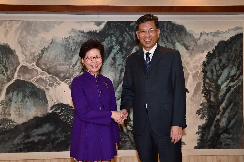 行政長官林鄭月娥(左)今日(十月二十四日)在北京與財政部部長劉昆(右)會面。圖示二人在會面前握手。
