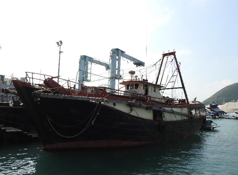 漁農自然護理署與水警昨晚(十月二十四日)在索罟群島一帶水域進行打擊非法捕魚的聯合行動,截獲一艘涉嫌非法拖網捕魚的蝦拖漁船。船上兩名內地男子今日(十月二十五日)被檢控。圖示該艘懷疑非法拖網捕魚的蝦拖漁船。