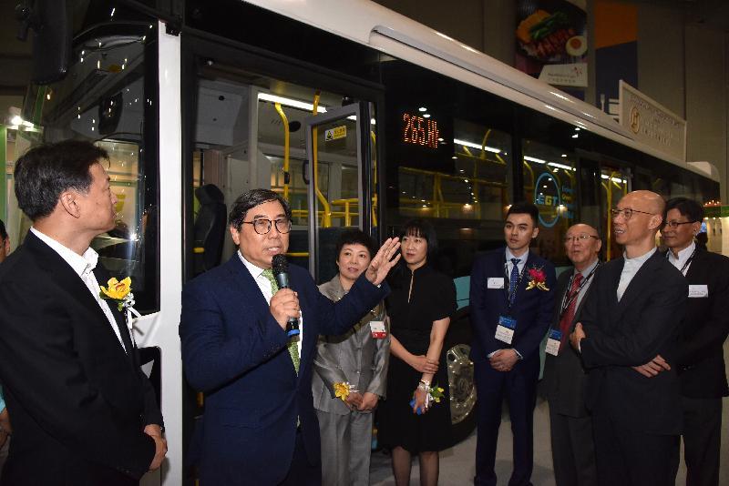 環境局局長黃錦星(右一)今日(十月二十五日)與其他主禮嘉賓參觀國際環保博覽展館期間,聽取有關新研發電動巴士的介紹。