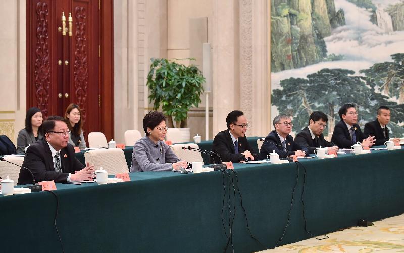 行政長官林鄭月娥(左二)今日(十月二十五日)在河北與河北省委書記王東峰和河北省省長許勤會面。政制及內地事務局局長聶德權(左三)和行政長官辦公室主任陳國基(左一)亦有出席。