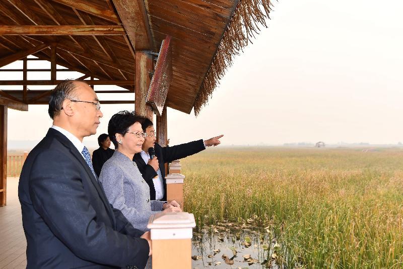 行政長官林鄭月娥(中)今日(十月二十五日)在河北省省長許勤(左一)陪同下,參觀白洋澱。