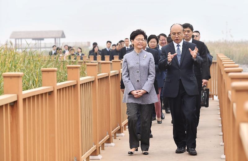 行政長官林鄭月娥(前排左)今日(十月二十五日)在河北省省長許勤(前排右)陪同下,參觀白洋澱。