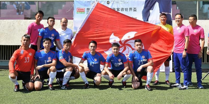 政務司司長張建宗今日(十月二十八日)上午出席賽馬會墨西哥城2018無家者世界盃香港代表隊授旗禮。圖示張建宗(後排左三)把香港特別行政區區旗授予香港代表隊。