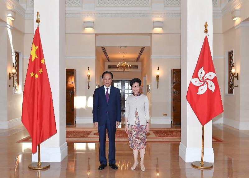 行政長官林鄭月娥(右)今日(十月二十八日)在禮賓府與新華社社長蔡名照(左)會面。