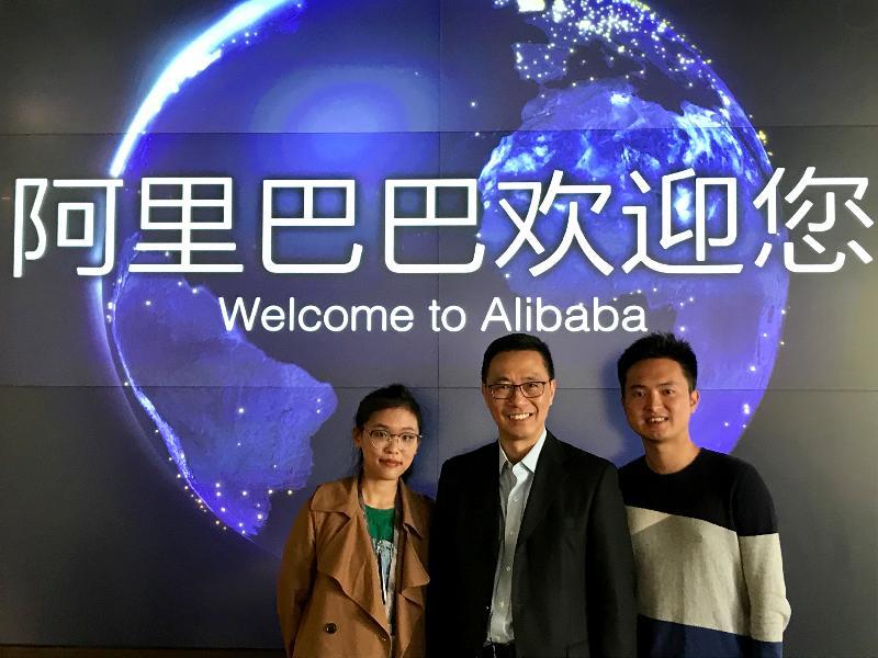 教育局局長楊潤雄(中)今日(十月二十九日)在杭州參觀阿里巴巴西溪園區。