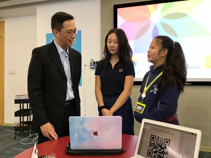 教育局局長楊潤雄(左)今日(十月二十九日)參觀漢基國際學校的杭州項目「杭州漢基」,並與同學交談。
