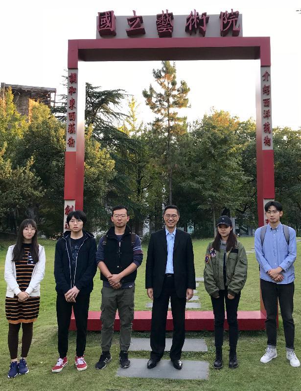 教育局局長楊潤雄(右三)今日(十月二十九日)在杭州參觀中國美術學院期間,與來自香港的同學見面。