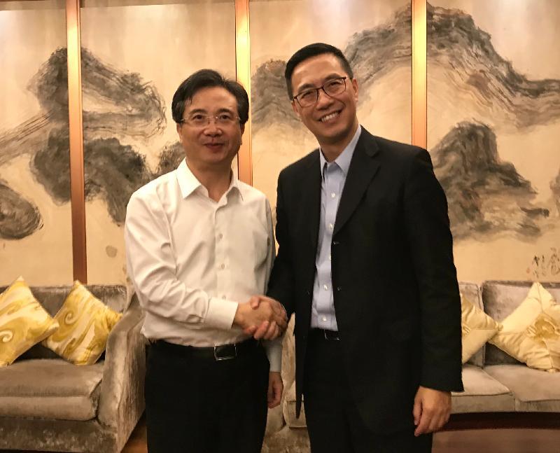 教育局局長楊潤雄(右)昨日(十月二十八日)與杭州市委書記周江勇(左)會面。