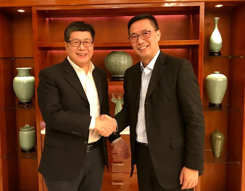 教育局局長楊潤雄(右)今日(十月二十九日)與浙江省副省長成岳沖(左)會面。