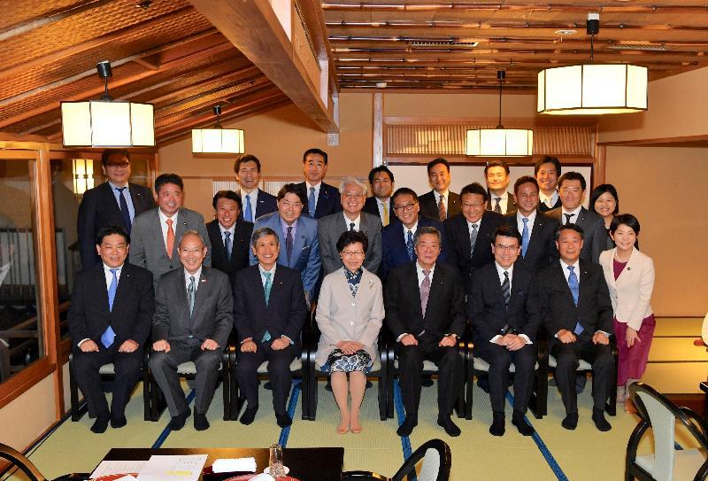行政長官林鄭月娥今日(十月二十九日)下午抵達東京,展開五天日本訪問行程。圖示林鄭月娥(前排左四)在商務及經濟發展局局長邱騰華(前排右三)及香港駐東京經濟貿易首席代表翁佩雯(第二排右一)陪同下,出席由會長竹下亘(前排右四)領導的日本香港友好議員連盟所設的晚宴。