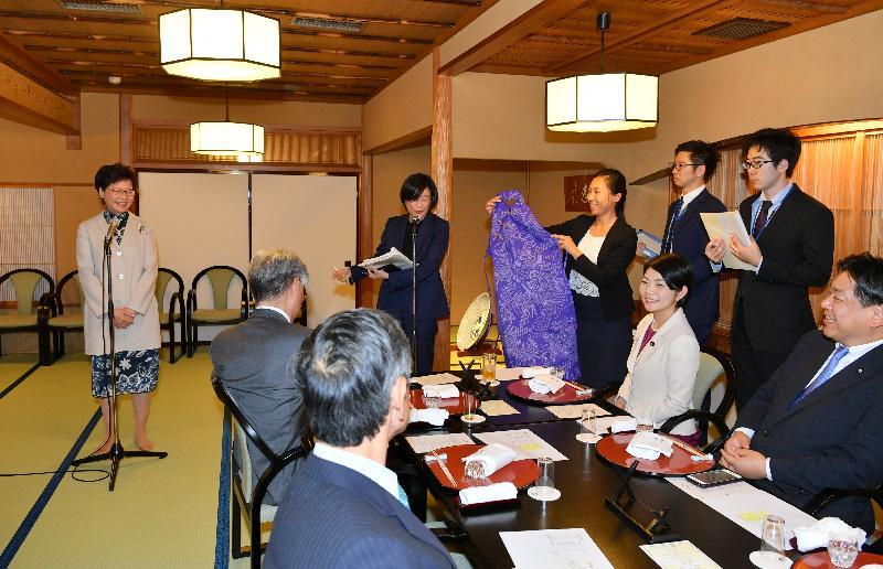 行政長官林鄭月娥今日(十月二十九日)下午抵達東京,展開五天日本訪問行程。圖示林鄭月娥(左一)出席由日本香港友好議員連盟所設的晚宴,介紹一件長衫型圍裙作為送給出席議員的紀念品。圍裙是由香港藝術中心安排人手製造。