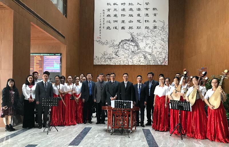 教育局局長楊潤雄(中)今日(十月三十日)在寧波探訪寧波效實中學。