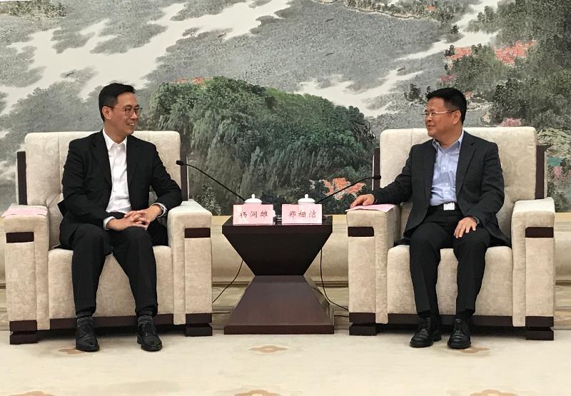 教育局局長楊潤雄(左)今日(十月三十日)在寧波與寧波市委書記鄭柵潔(右)會面。