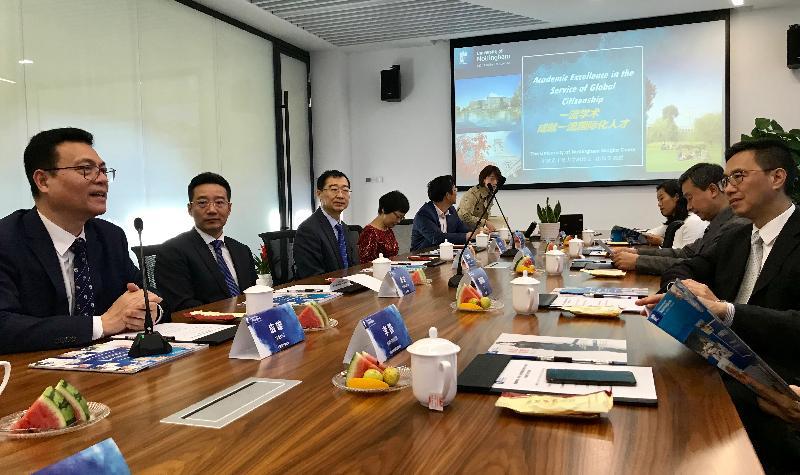 教育局局長楊潤雄(右一)今日(十月三十日)在寧波參觀寧波諾丁漢大學,與該校黨委書記暨執行理事應雄(左一)會面。