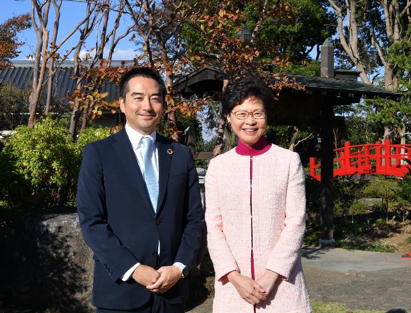 行政長官林鄭月娥今天(十月三十日)下午在筑波市繼續日本訪問行程。圖示林鄭月娥(右)與筑波市市長五十嵐立青博士(左)共進午餐後合照。