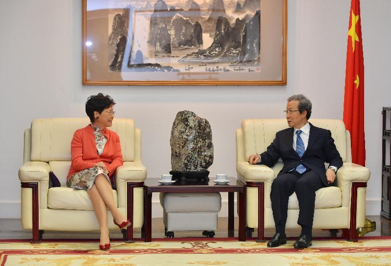 行政長官林鄭月娥(左)今日(十月三十日)傍晚返回東京繼續訪問日本行程,與中國駐日本特命全權大使程永華(右)會面。