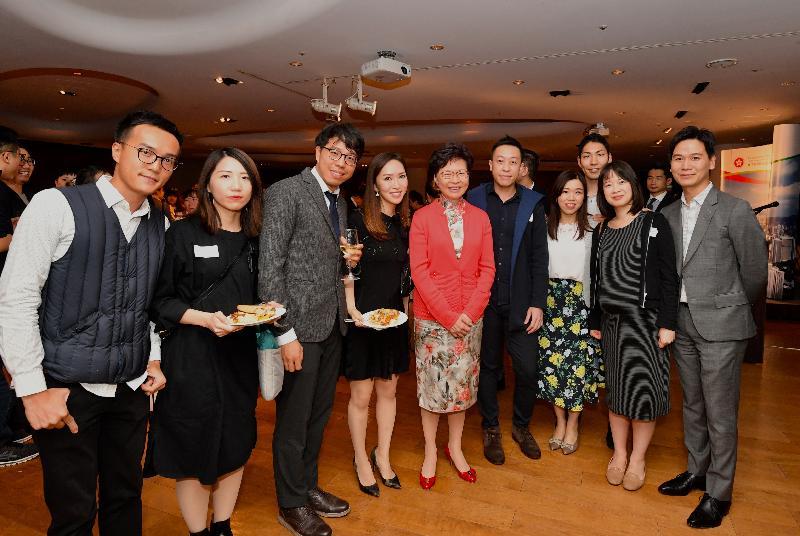 行政長官林鄭月娥(左五)今晚(十月三十日)在東京繼續訪問日本行程,並和在當地居住、工作及學習的二百多位港人聚會。