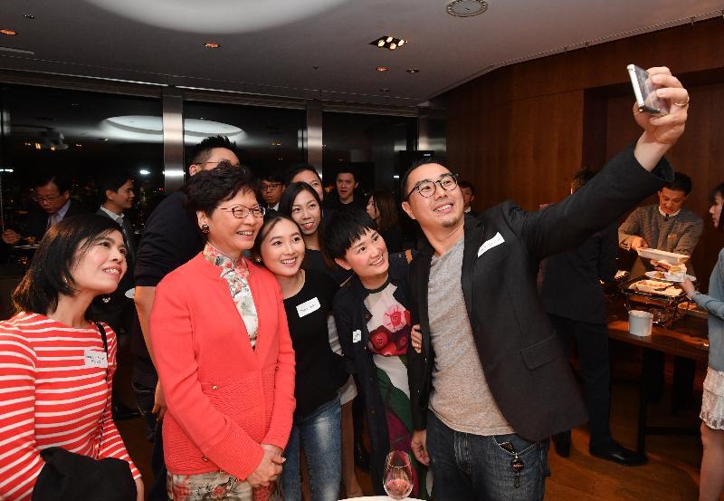 行政長官林鄭月娥(左二)今晚(十月三十日)在東京繼續訪問日本行程,並和在當地居住、工作及學習的二百多位港人聚會。