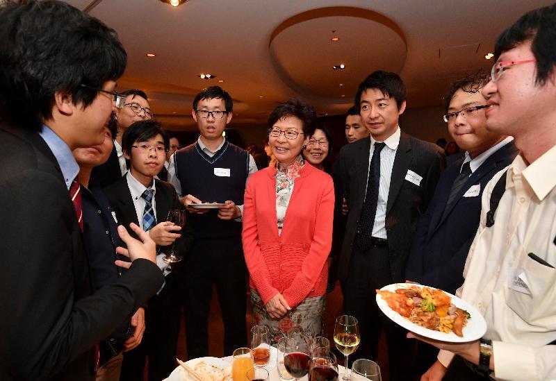 行政長官林鄭月娥(右四)今晚(十月三十日)在東京繼續訪問日本行程,並和在當地居住、工作及學習的二百多位港人聚會。