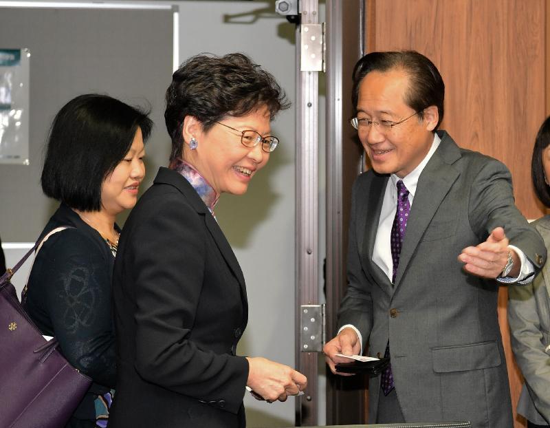 行政長官林鄭月娥今日(十月三十一日)早上在東京繼續訪問日本行程。圖示林鄭月娥(中)訪問東京工業大學,並與校長益一哉教授(右)會面。