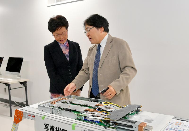 行政長官林鄭月娥今日(十月三十一日)早上在東京繼續訪問日本行程。圖示林鄭月娥(左)訪問東京工業大學期間,聽取有關該校的超級電腦Tsubame 3.0的介紹。
