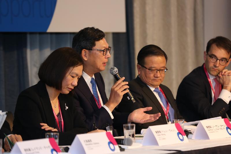香港金融管理局總裁陳德霖(左二)今日(十一月一日)在東京一個研討會主持專題討論環節。