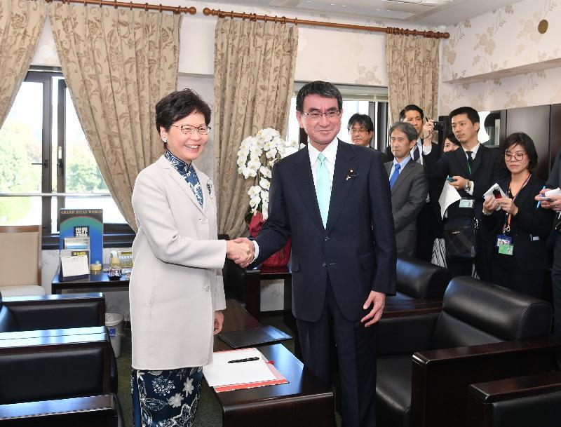 行政長官林鄭月娥今日(十一月二日)在東京進行最後一日訪問日本行程。圖示林鄭月娥(左)與日本外務大臣河野太郎(右)會面。