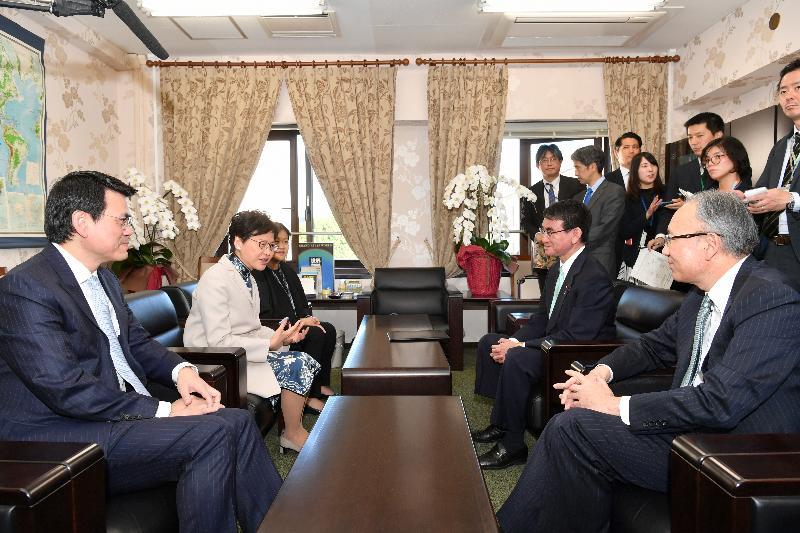 行政長官林鄭月娥今日(十一月二日)在東京進行最後一日訪問日本行程。圖示林鄭月娥(左二)在商務及經濟發展局局長邱騰華(左一)及香港駐東京經濟貿易首席代表翁佩雯(左三)陪同下與日本外務大臣河野太郎(右二)會面。日本駐香港總領事松田邦紀(右一)亦有出席。