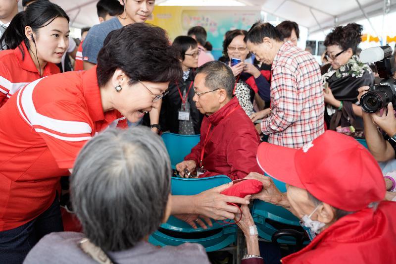 行政長官林鄭月娥(左二)今日(十一月三日)出席懲教署第六十六屆秋季賣物會開幕儀式,並在開幕儀式後向在場長者派發禮物包。
