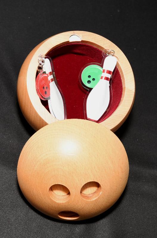 由懲教署體育會主辦的懲教署第六十六屆秋季賣物會今日(十一月三日)在赤柱監獄側足球場舉行。賣物會「最佳產品」獎由赤柱監獄的木製保齡球型貯物盒奪得。