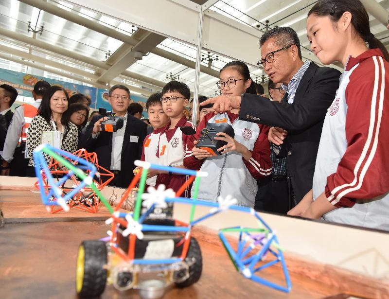 財政司司長陳茂波今日(十一月三日)出席創新科技嘉年華2018開幕禮。圖示陳茂波(右二)參觀展覽攤位。