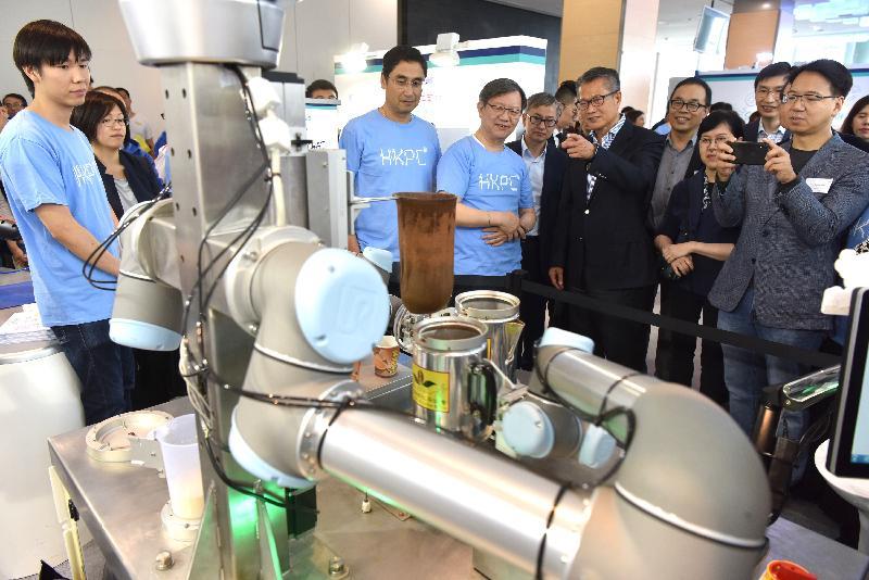 財政司司長陳茂波今日(十一月三日)出席創新科技嘉年華2018開幕禮。圖示陳茂波(右六)參觀展覽攤位。
