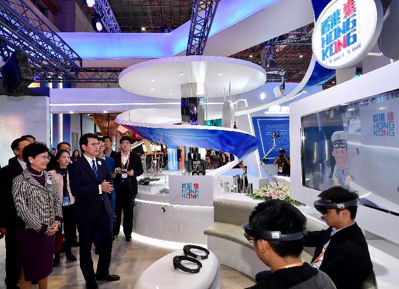 行政長官林鄭月娥今日(十一月五日)下午在上海參觀中國國際進口博覽會。圖示林鄭月娥(前排左一)和商務及經濟發展局局長邱騰華(前排左二)在香港地區展示區觀看混合實景裝置的示範。