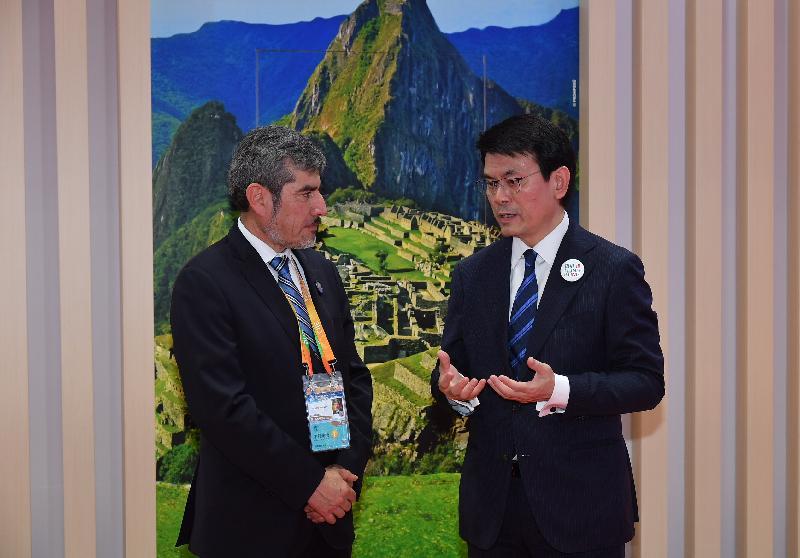 商務及經濟發展局局長邱騰華(右)今日(十一月五日)在上海出席中國國際進口博覽會期間,與秘魯外貿和旅遊部部長Rogers Valencia(左)會面。行政長官在2018年《施政報告》表示,香港正尋求與太平洋聯盟四國締結自貿協定。太平洋聯盟四國包括智利、哥倫比亞、墨西哥和秘魯。秘魯是太平洋聯盟現任主席,邱騰華與Rogers Valencia探討有關自貿協定事宜。