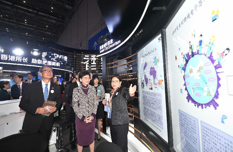 行政長官林鄭月娥今日(十一月五日)下午在上海參觀中國國際進口博覽會。圖示林鄭月娥(左二)和財政司司長陳茂波(左一)參觀香港企業商業展。