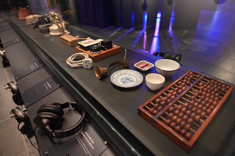 「光影流聲──香港公共廣播九十年」展覽開幕典禮今日(十一月六日)在香港文化博物館舉行。參觀者可聆聽電台各種廣播音效。