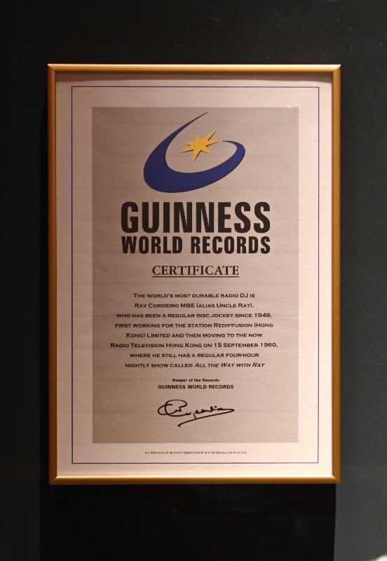 「光影流聲──香港公共廣播九十年」展覽開幕典禮今日(十一月六日)在香港文化博物館舉行。圖示二○○○年郭利民獲健力士世界紀錄確認為「世界最長壽唱片騎師」的證書。
