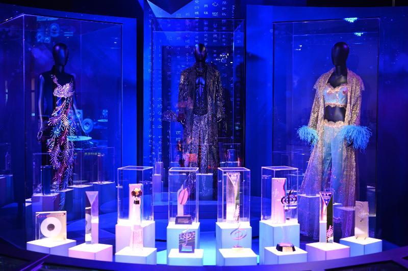 「光影流聲──香港公共廣播九十年」展覽開幕典禮今日(十一月六日)在香港文化博物館舉行。圖示展覽中展示(右起)梅艷芳、 張國榮和鄧麗君的舞台服飾,以及歷屆「十大中文金曲」獎座。