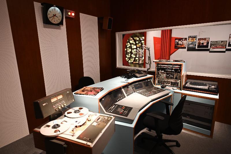 「光影流聲──香港公共廣播九十年」展覽開幕典禮今日(十一月六日)在香港文化博物館舉行。圖示展場內重塑錄音室的場景。