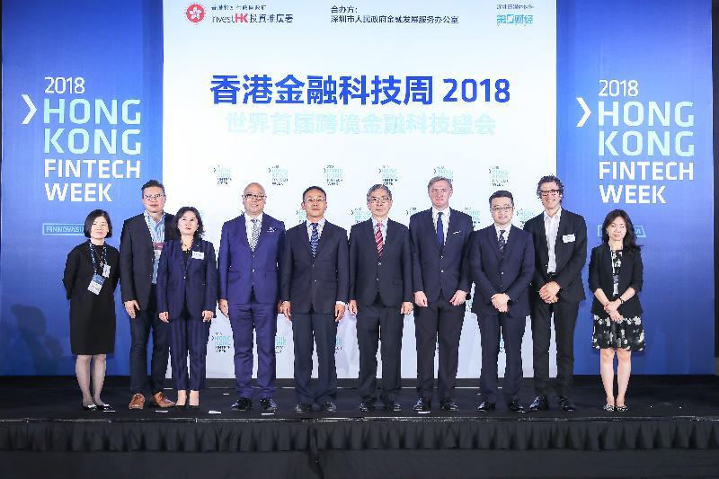 財經事務及庫務局局長劉怡翔(右五)十一月二日出席香港金融科技周深圳日。