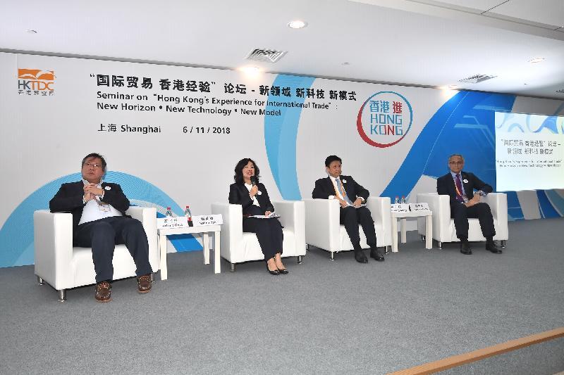 工業貿易署署長甄美薇(左二)今日(十一月六日)於在上海舉行的「『國際貿易 香港經驗』論壇——新領域 新科技 新模式」上擔任討論及提問環節的主持人。出席的演講嘉賓有紅杉資本中國基金專家合夥人車品覺(左一)、中國銀行(香港)有限公司企金業務總監林廣明(右二)及香港律師會大中華法律事務委員會委員楊先恒(右一)。