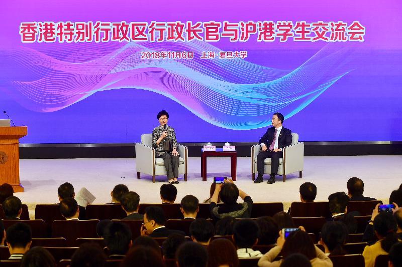 行政長官林鄭月娥(左)今日(十一月六日)上午在上海復旦大學出席「上海青年與滬港發展」學生座談會,與當地學生對談。