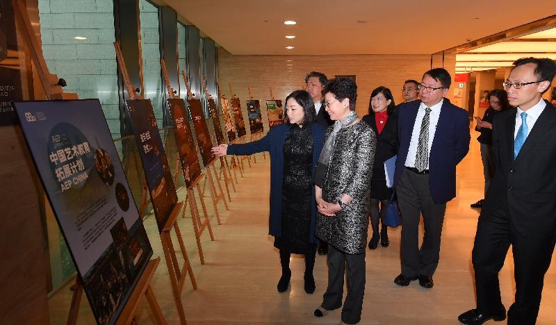 行政長官林鄭月娥今日(十一月六日)在上海參觀上海交響樂團音樂廳。圖示林鄭月娥(左三)聽取上海交響樂團團長周平(左一)的介紹。旁為政制及內地事務局局長聶德權(右一)、行政長官辦公室主任陳國基(右二)和香港駐上海經濟貿易辦事處主任鄧仲敏(左四)。