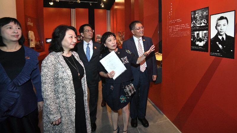 署理行政長官鄭若驊資深大律師今日(十一月六日)出席「光影流聲──香港公共廣播九十年」展覽的開幕典禮。圖示鄭若驊(左二)參觀展覽。