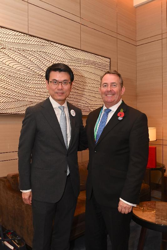商務及經濟發展局局長邱騰華(左)今日(十一月六日)在上海出席中國國際進口博覽會期間,與英國國際貿易大臣霍理林(右)會面。雙方探討建立更緊密經貿關係,包括簽訂自由貿易協定的可能性。