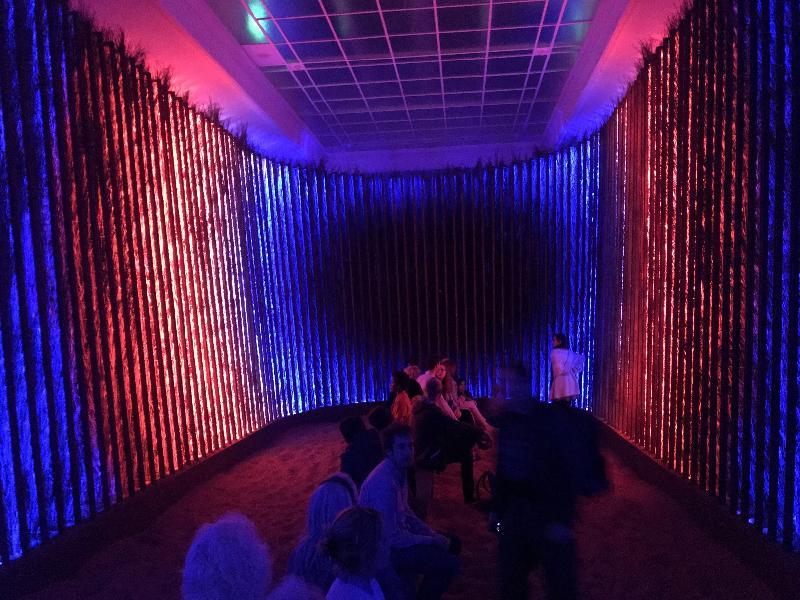 香港駐布魯塞爾經濟貿易辦事處支持香港藝術家王志勇參加於比利時列日舉行的國際演藝創意科技節,推廣香港為創意和科技樞紐。圖示十一月六日(列日時間)嘉賓參觀王志勇於國際演藝創意科技節展出的燈光藝術裝置。