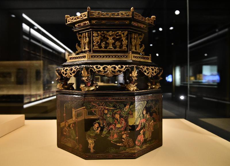 「金漆輝映:潮州木雕」展覽今日(十一月七日)於香港歷史博物館開幕。圖示展覽展出的金漆木雕彩漆畫《王茂生進酒》菱形饌盒。