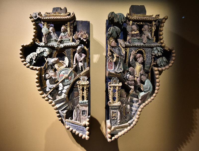 「金漆輝映:潮州木雕」展覽今日(十一月七日)於香港歷史博物館開幕。圖示展覽展出的浮雕彩繪《荔鏡記》雀替。